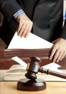 5 Photo main avocat dans dossier(1)